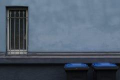 Generisk arkitektur med det blåttdesign och fönstret Arkivfoto