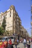 Generisk arkitektur och folk som går i Istiklal Caddesi eller I arkivfoto