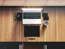 Generisk designbärbar dator på workspacen med Arkivbild