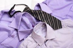 Generisk skjorta tre med en linje modell och bandet, closeup Royaltyfri Bild