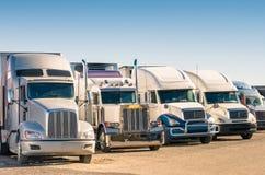 Generiska halva lastbilar på en parkeringsplats Royaltyfri Fotografi