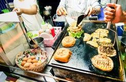 Generiska hamburgareförsäljare som lagar mat nötkött- och hönahamburgare Royaltyfri Fotografi