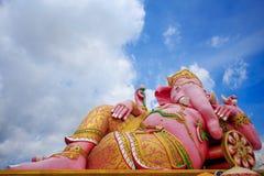 Genesha-Statue lokalisiert mit Hintergrund des blauen Himmels Stockbild