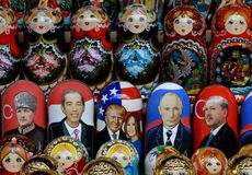 Genestelde poppen die wereldpolitici Vladimir Putin, Donald Trump en Recep Erdogan op de teller van herinneringen in Moskou afsch stock afbeelding