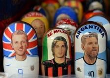 Genestelde poppen met portretten van de sterren van wereldsporten op de markt in Izmailovsky het Kremlin in Moskou stock afbeeldingen
