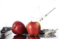 Genetically доработанная еда, яблоко нагнетала с химикатами стоковое изображение rf