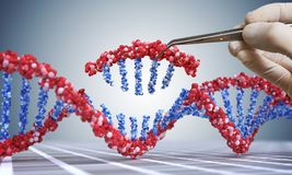 Genetische biologie, GMO en het concept van de Genmanipulatie De hand neemt opeenvolging van DNA op 3D illustratie van DNA stock illustratie