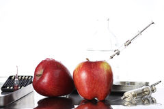 Genetycznie zmodyfikowani foods, jabłko pompujący z substancjami chemicznymi obraz royalty free