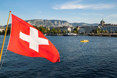 Geneva湖和瑞士人旗子 库存图片