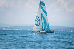 Geneva/Schweiz - 10 06 2018: Schweizisk medcial nätverksBol D ` eller regattaSchweiz M2 segelbåt Royaltyfri Bild