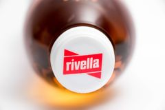 Geneva7Switzerland- 16 07 18 :Rivella瑞士苏打饮料由牛奶制成 免版税库存照片