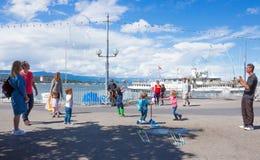 Genewa Szwajcaria, Czerwiec, - 17, 2016: Dzieci z mydlanych bąbli przyciąganiem przy Jeziornym deptakiem i Obrazy Stock