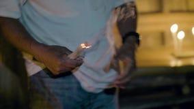 Genezer brandende kaars tijdens magisch ritueel aan behandelings zieke patiënt in dorpshuis Traditioneel helend ritueel binnen stock footage