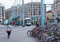 Genf, die Schweiz - 17. Juni 2016: Die Stadttram und -fahrräder auf der Straße Lizenzfreies Stockbild