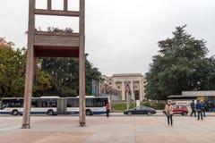 GENF, DIE SCHWEIZ - 30. OKTOBER 2015: Genf gebrochener Stuhl vor dem Gebäude der Vereinten Nationen stockfoto