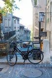 Genf, die Schweiz - 18. Oktober 2017: Schwarzes Fahrrad angekettet an Stockbild