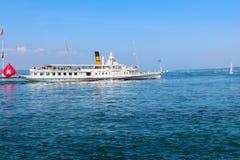 GENF, DIE SCHWEIZ - 7. SEPTEMBER: Kreuzfahrtboot Rhône auf Genfersee (Gummilack Leman) in Genf, die Schweiz Stockfoto