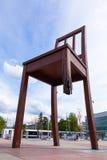 Genf gebrochener Stuhl vor dem Gebäude der Vereinten Nationen Lizenzfreie Stockbilder
