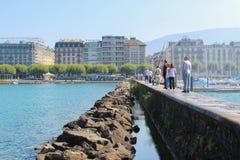 GENF - 7. SEPTEMBER Touristen auf dem Pier zum ikonenhaften Brunnen, der einer von den größten in der Welt ist 132 Gallonen Wasse Lizenzfreie Stockfotos