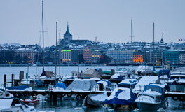 Genf-Stadtbild und Jachthafen im Winter Lizenzfreie Stockbilder