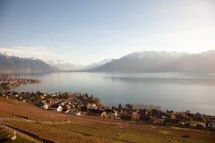 Genfersee-Gummilack Leman mit Montreux im Hintergrund Stockfotografie