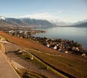 Genfersee-Gummilack Leman mit Montreux im Hintergrund Lizenzfreie Stockbilder
