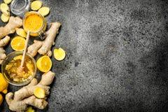 Gengibre fresco com fatias do mel e do limão foto de stock