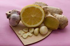 Gengibre, limão, e alimento do alho, o fresco e o saudável, conceito para a medicina natural Imagem de Stock Royalty Free