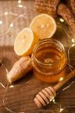 Gengibre, mel e limão, o conceito da medicina natural, festão do feriado, peúgas de lã mornas, conceito acolhedor da casa do inve imagem de stock royalty free