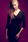 (Gengibre) modelo elegante ruivo no vestido preto Fotografia de Stock Royalty Free