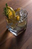 Genièvre avec le citron et la brindille de genévrier images libres de droits
