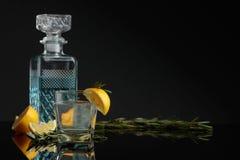 Genièvre de cocktail, tonique avec des tranches de citron et un brin de romarin images libres de droits