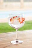 Genièvre de fraise et cocktail de tonique par une piscine dehors images libres de droits