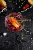 Genièvre de thym de framboise et cocktail de tonique avec le cassis et les pêches images libres de droits