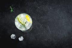 Genièvre et cocktail de tonique photo stock