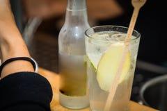 Genièvre et verre de tonique sur une table de barre images libres de droits