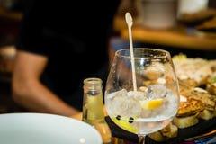 Genièvre et verre de tonique sur une table de barre photo libre de droits