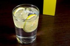 Genièvre et verre de tonique vu d'en haut, au-dessus de la table en bois foncée Photographie stock