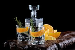 Genièvre sec classique avec le tonique et l'entrain orange photographie stock
