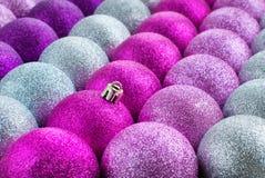 Genialne kolor piłki w Płaskich rzędach Obrazy Stock