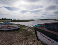 Genialnego nieba above cumować łodzie w Norfolk Zdjęcie Stock