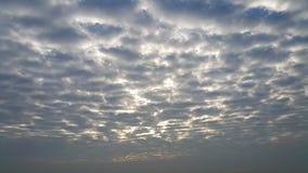 Genialny słońca światło za popielatymi chmurami Zdjęcie Royalty Free