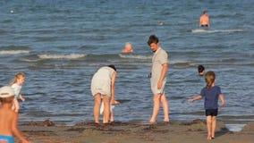 Genichesk,乌克兰- 2017年8月30日:家庭在海滩上花费时间 股票录像