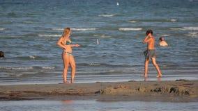 Genichesk,乌克兰- 2017年8月30日:白肤金发的比基尼泳装妇女做selfie photoshoot 股票视频