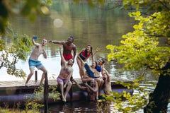 Genießen der Flusspartei mit Freunden Gruppe schöne glückliche junge Leute in dem Fluss zusammen stockbild