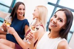 Genießen der guten Zeit mit Freunden Lizenzfreie Stockfotos