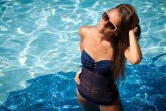 Genießen der Liebkosung der Sonne und des Wassers auf ihrer Haut Stockfoto