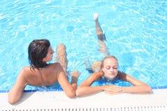 Genießen der Sonne in einem Swimmingpool Stockbild