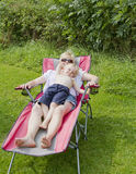Genießen der Sonne mit Mama Lizenzfreie Stockbilder
