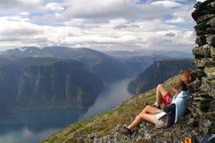 Genießen des Aurlandsfjord Stockfotos